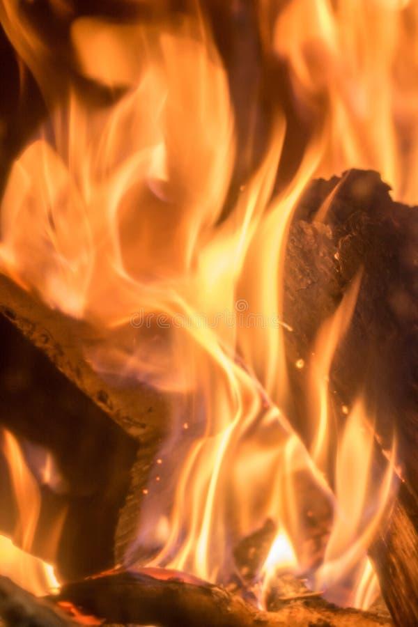 Wilde Flammen in einem Kamin stockbilder