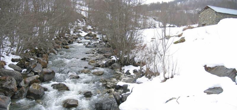 Wilde kleine rivier in het onderstel royalty-vrije stock afbeelding