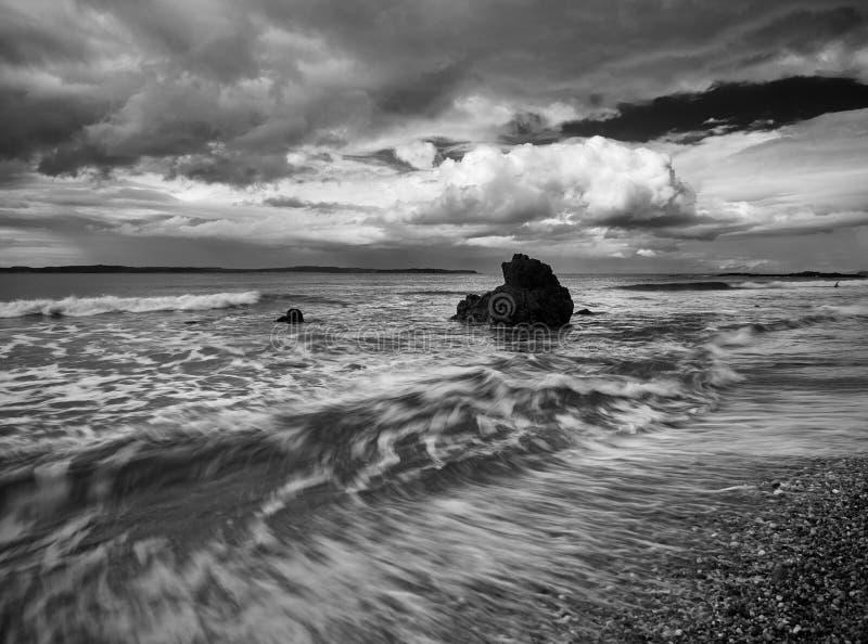 Wilde overzees en een rots in Ballycastle, Noord-Ierland royalty-vrije stock afbeelding