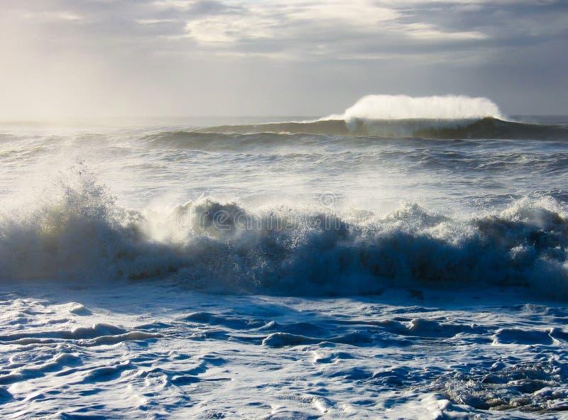 Wilde overzees met verpletterende golven stock foto's