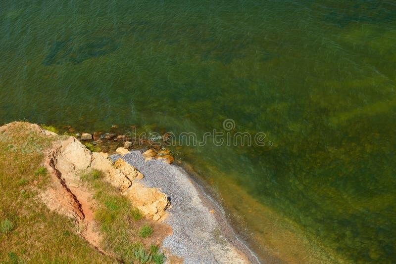 Wilde Seeküste, Welle und Hügel - schönes Sommerlandschafts- und -reisekonzept, heller Tag und Himmel mit Wolken lizenzfreie stockfotografie