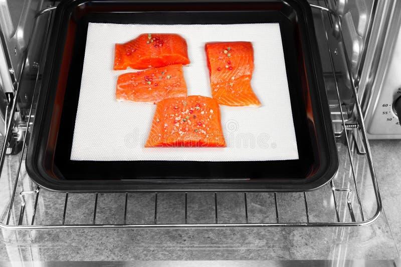 Wilde Stücke der roten Lachse beschichteten mit getrockneten roten Pfefferkörnern und Seesalz stockfotografie