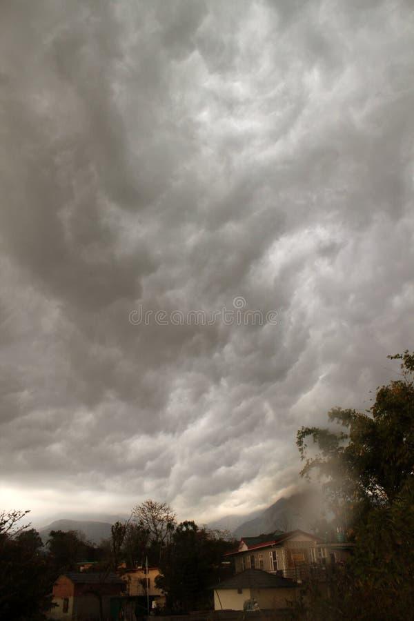 Wilde Sturmwolken und Berglandschaft Indien stockfotografie