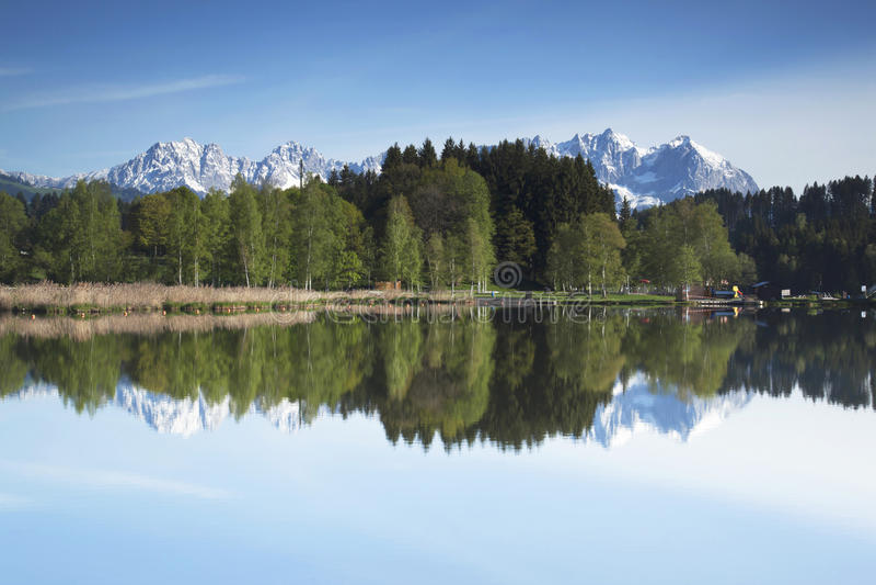 Wilder Kaiser-bergketen in een bergmeer dat wordt weerspiegeld stock fotografie