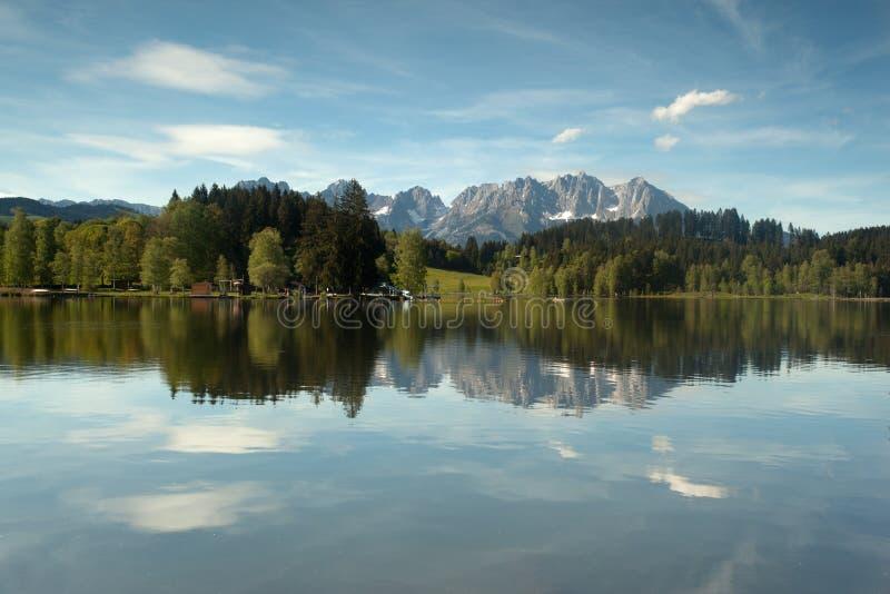 Wilder Kaiser-bergketen in een bergmeer dat wordt weerspiegeld royalty-vrije stock afbeeldingen