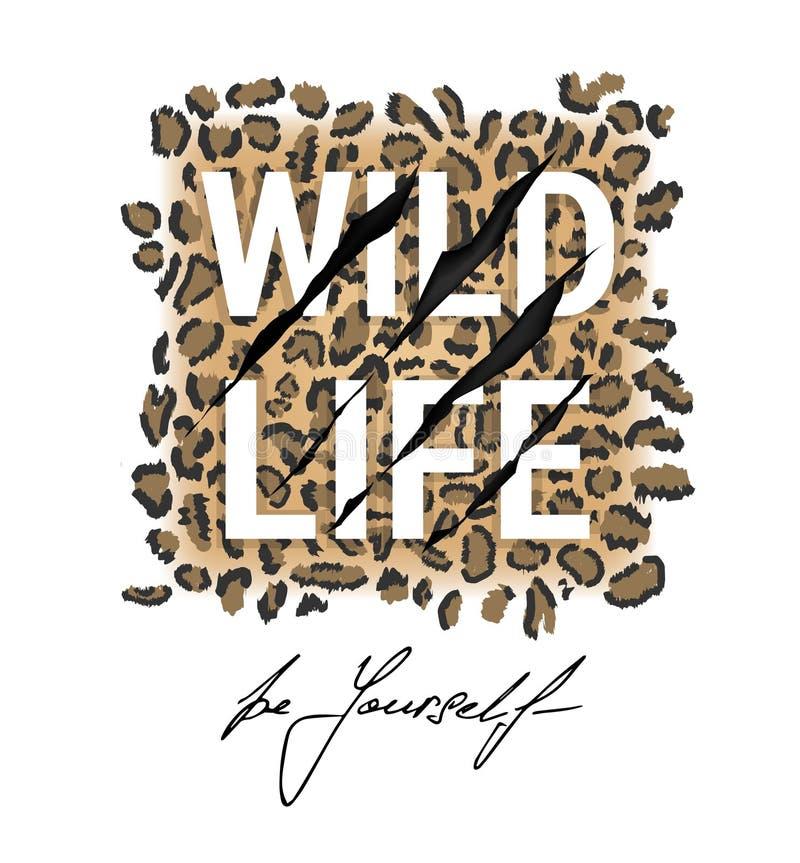 Wilder Lebentypographiet-shirt Entwurf auf Leopardhaut stock abbildung