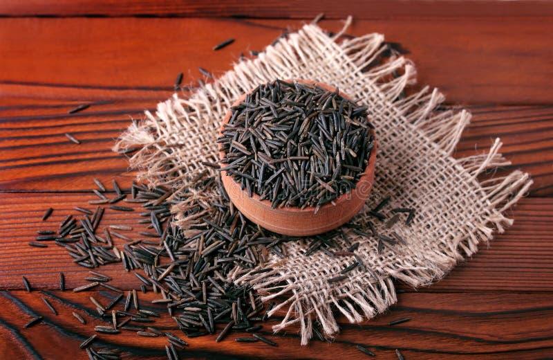 Wilder schwarzer Reis in der hölzernen Schüssel lizenzfreies stockfoto