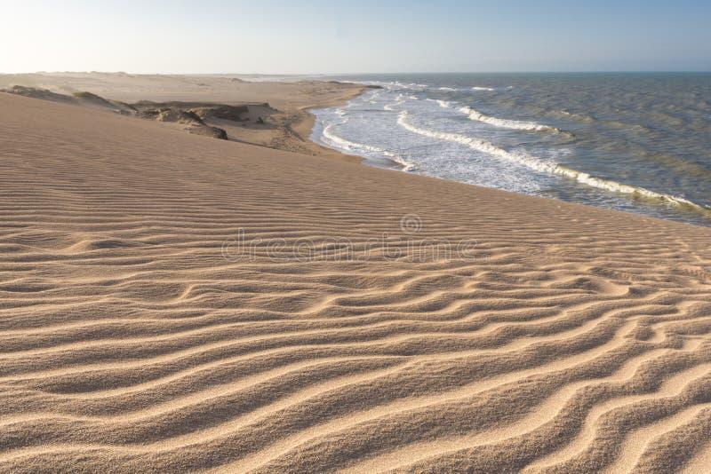Wilder Strand und erstaunliche Küstenlinie im La Guajira, Kolumbien stockfoto