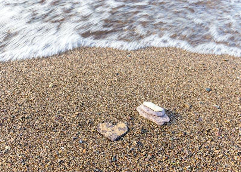 Wilder Strandsee Die Küstenlinie des Meeres Brown-Sand und blauer Himmel Mountain View stockbilder