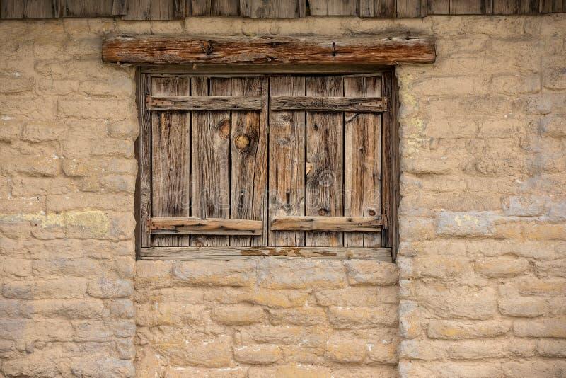 Wilder Westluftgetrockneter ziegelstein mit hölzernen Fenstern lizenzfreie stockfotos