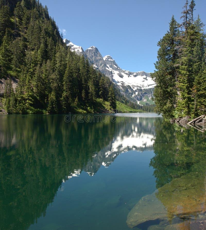 Wilderness alpiner See stockbild