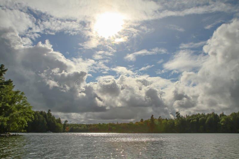 Wilderness See mit drastischem Himmel stockfoto