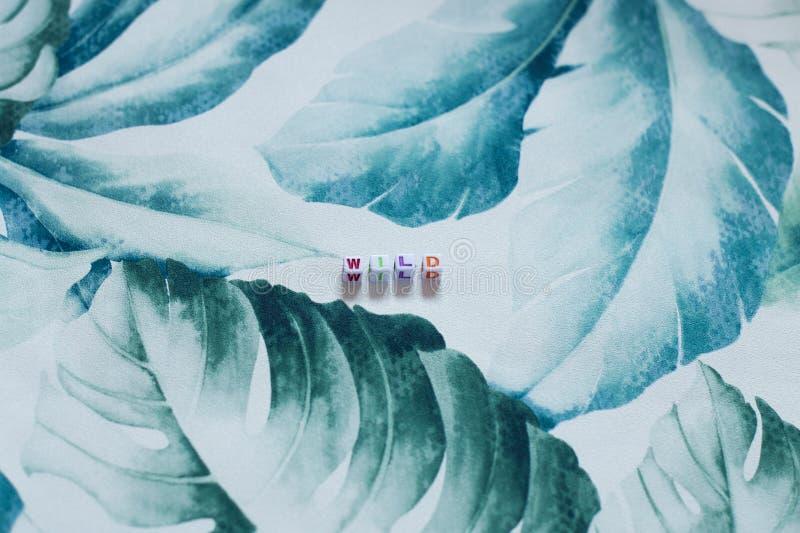 Wildernis op een tropische bladachtergrond royalty-vrije stock foto