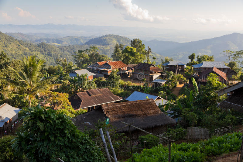 Wildernisdorp dichtbij Hpa, Birma stock afbeeldingen