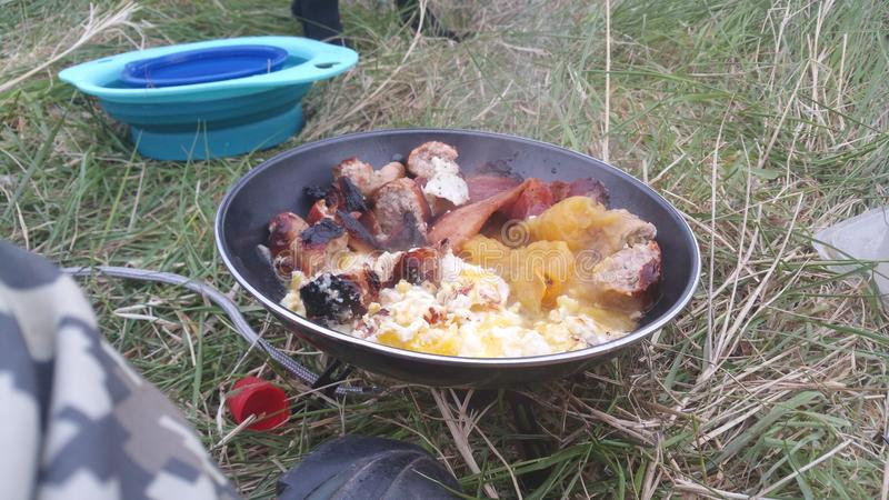 Wildes Lagerfrühstück stockfoto