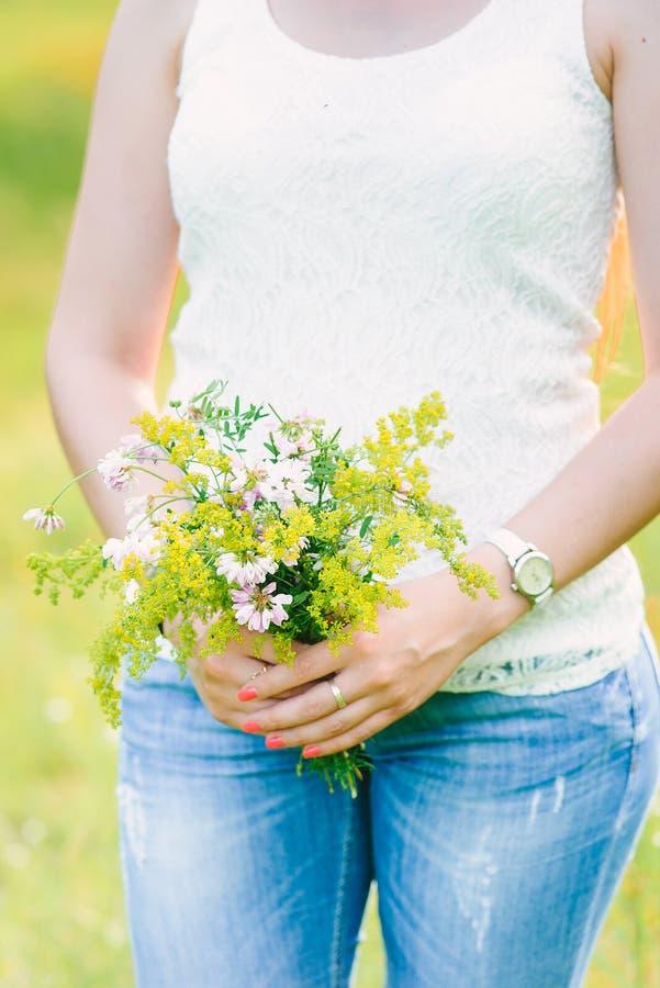 wildflower boeket op zachte vrouwelijke handen royalty-vrije stock fotografie