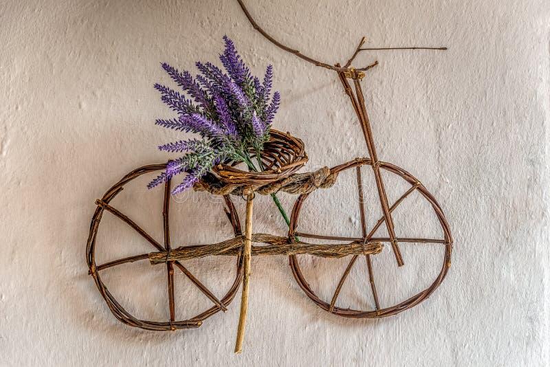 Wildflower pourpre sur le petit ornement de bicyclette fait main utilisant les branches d'arbre minces images stock