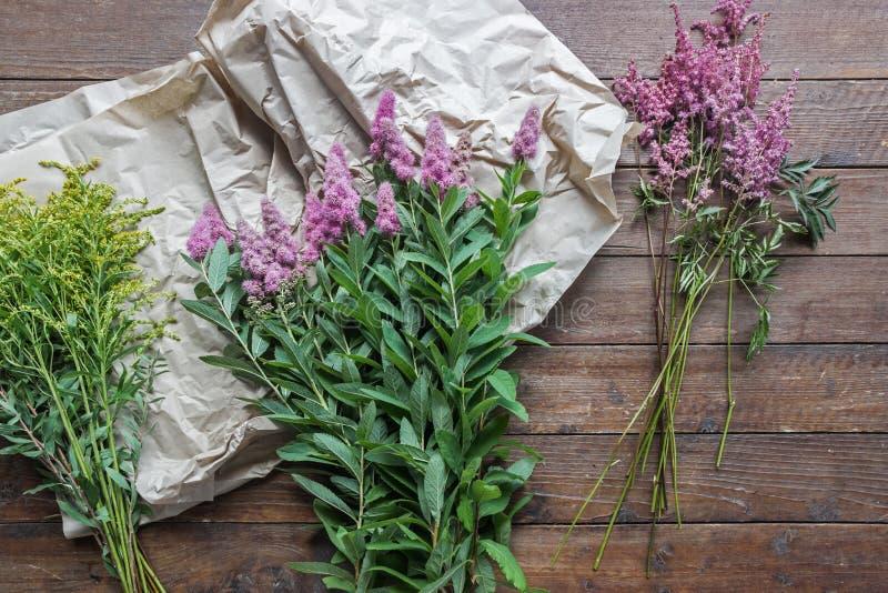 Wildflowerboeket met houten achtergrond royalty-vrije stock afbeeldingen