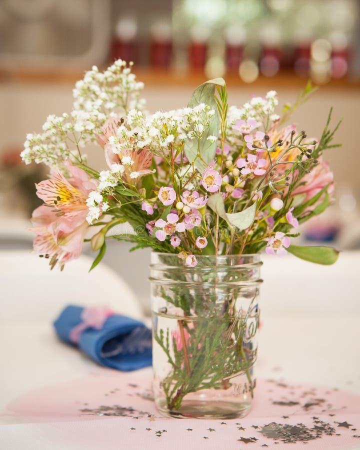 Wildflowers dans un pot de maçon photographie stock libre de droits