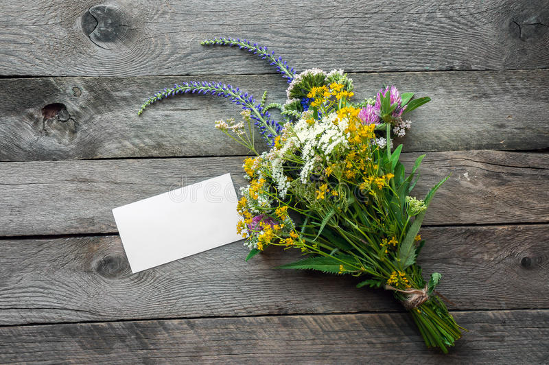 Wildflowers op houten lijst stock foto's