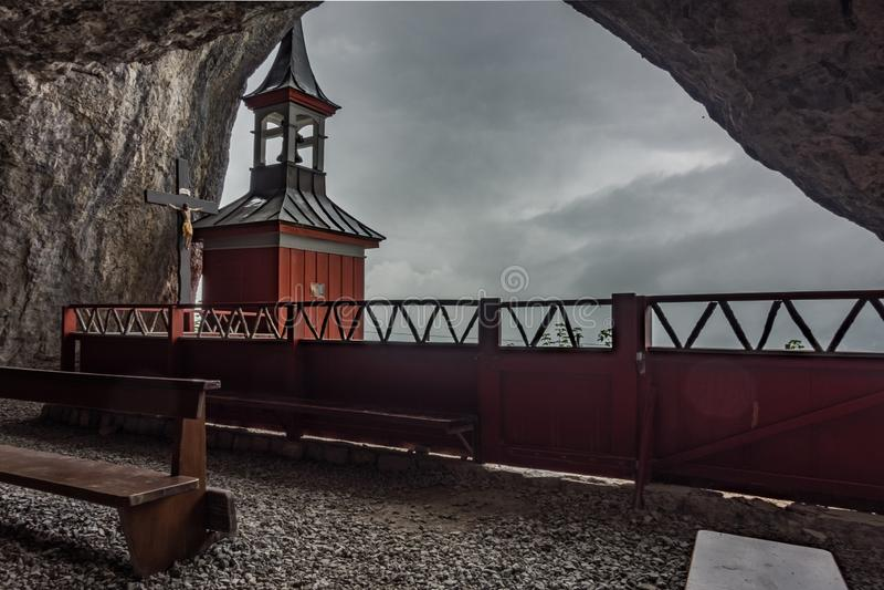 Wildkirchli, церковь расположенная в горах, Appenzell, Швейцария стоковая фотография