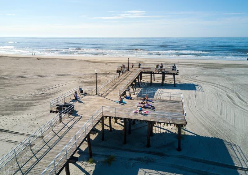 WILDWOOD, НЬЮ-ДЖЕРСИ, США - 25-ое июня 2017: Пляж и woode гребня стоковые изображения rf