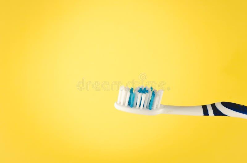 Wilgotny toothbrush na żółtym tle, zakończenie w górę zdjęcie royalty free