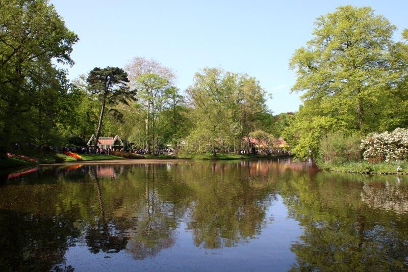 Wilhelmina Pavilion och sjö, Keukenhof trädgårdar royaltyfri bild
