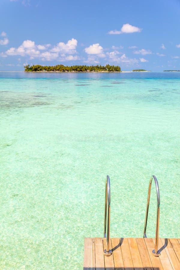 Willa drewniany pokład z metalem ostro protestować na Maldives turkusu wodzie zdjęcia stock