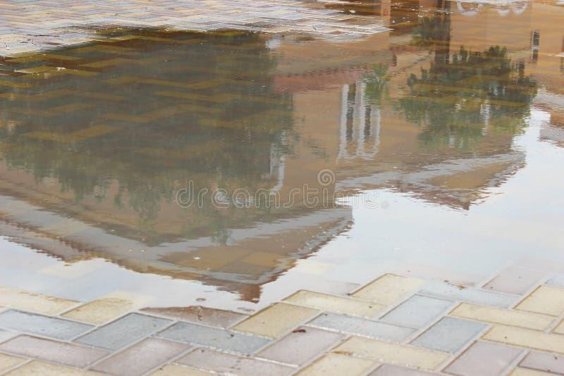 Download Willa Na Podeszczowej Wodzie Zdjęcie Stock - Obraz złożonej z podróż, niebo: 57664950