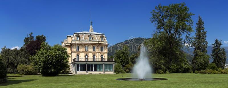 Willa Taranto z fontann? w przodzie, lokalizowa? na brzeg Jeziorny Maggiore w Pallanza, Verbania, W?ochy obraz royalty free
