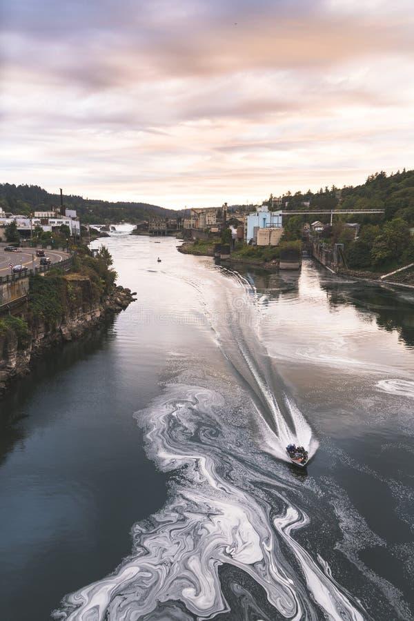 Willamette понижается в Портленд Орегон с промышленными предприятиями на заднем плане и быстро проходя рыбацкой лодкой стоковая фотография rf