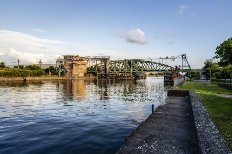 Willebroek Belgien - Maj 27, 2019: J?rngungabron eller Ijzerenbrugen ?ver denScheldt kanalen royaltyfri foto