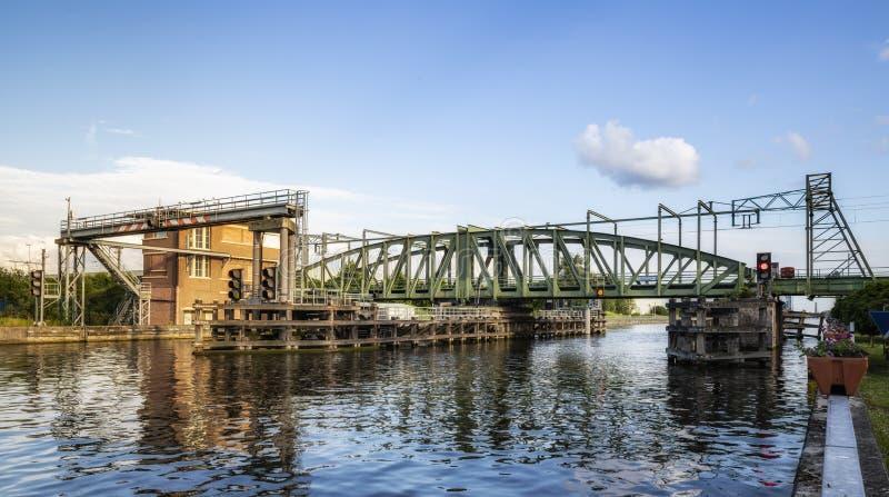 Willebroek Belgien - Maj 27, 2019: J?rngungabron eller Ijzerenbrugen ?ver denScheldt kanalen fotografering för bildbyråer