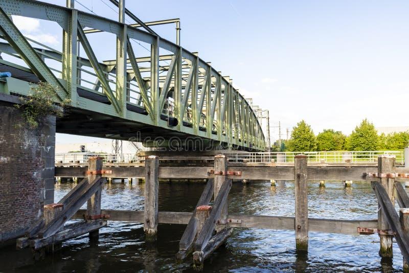 Willebroek Belgien - Maj 27, 2019: J?rngungabron ?ver denScheldt kanalen arkivfoto