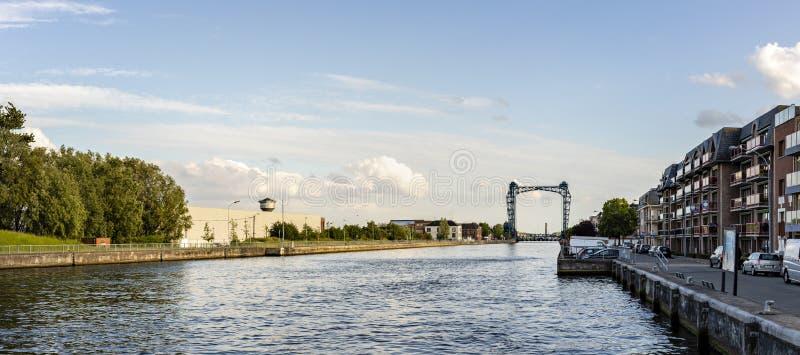 Willebroek Belgien - Maj 27, 2019: Panoramautsikt av j?rnklaffbron ?ver denScheldt kanalen i Willebroek arkivfoton