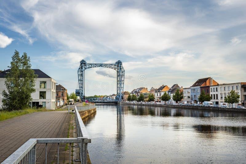 Willebroek Belgien - Maj 27, 2019: Panoramautsikt av j?rnklaffbron ?ver denScheldt kanalen i Willebroek fotografering för bildbyråer