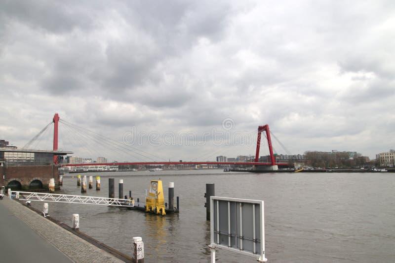 Willemsbrug,荷兰鹿特丹市中心Nieuwe Maas河上的红桥 库存图片