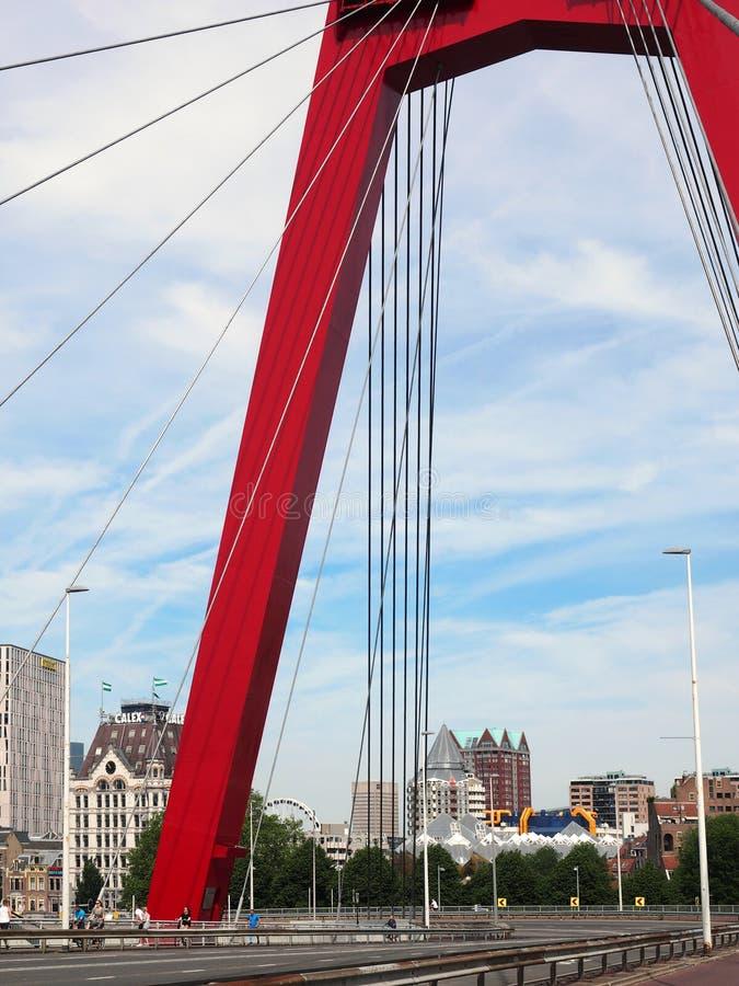 Willemsbrug con una vista su Blaak a Rotterdam fotografia stock libera da diritti