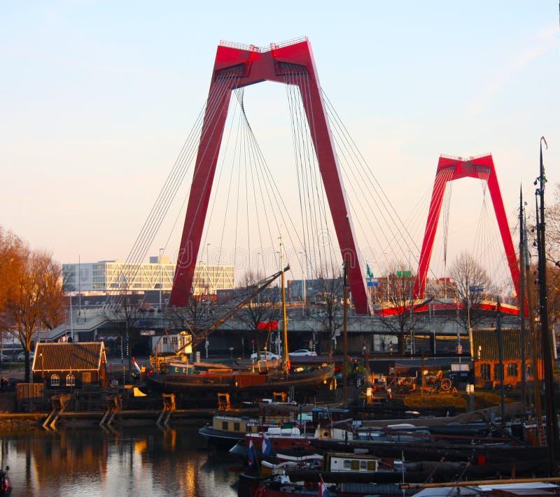 Willemsbrug, de rode die brug in Rotterdam in zonsondergangtijd wordt gezien over de haven royalty-vrije stock foto's