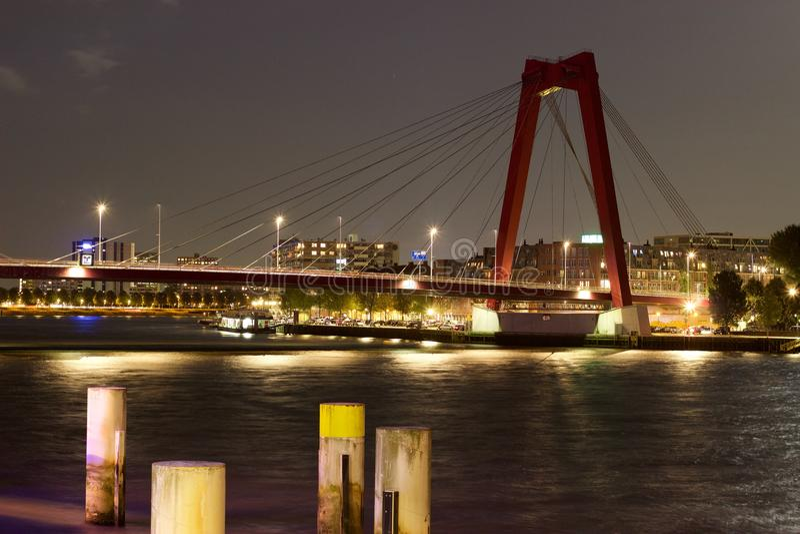 Willemsbrug Rotterdam por noche fotos de archivo
