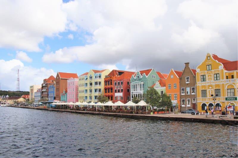 Willemstad, Curaçao - 12/17/17: Willemstad céntrico colorido, Curaçao, en el Netherland Antillas imágenes de archivo libres de regalías