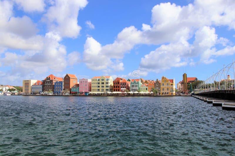 Willemstad, Curaçao - 12/17/17: Willemstad céntrico colorido, Curaçao, en el Netherland Antillas imagen de archivo