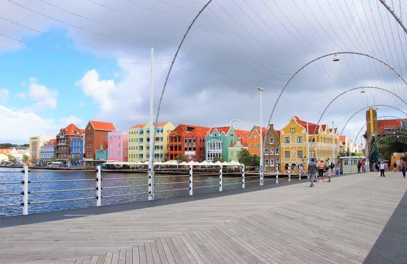 Willemstad, Curaçao - 12/17/17: Willemstad céntrico colorido, Curaçao, en el Netherland Antillas fotografía de archivo