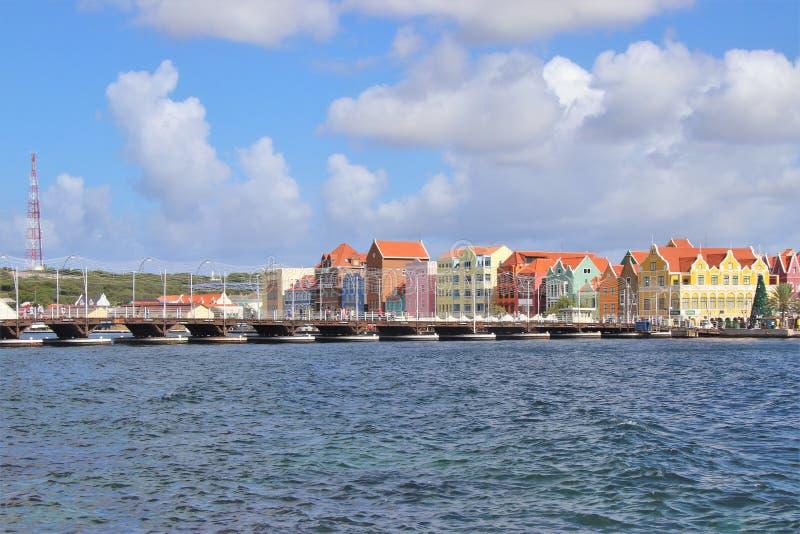 Willemstad, Curaçao - 12/17/17: Willemstad céntrico colorido, Curaçao, en el Netherland Antillas foto de archivo
