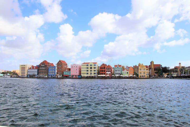Willemstad, Curaçao - 12/17/17: Willemstad céntrico colorido, Curaçao, en el Netherland Antillas imagen de archivo libre de regalías