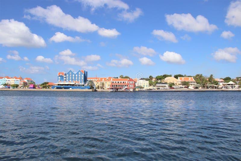Willemstad, Curaçao - 12/17/17: Willemstad céntrico colorido, Curaçao, en el Netherland Antillas fotos de archivo