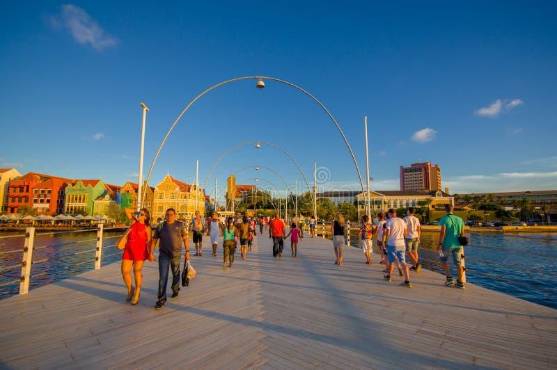 WILLEMSTAD, CURAÇAO - 1 DE NOVIEMBRE DE 2015: Reina Emma Bridge imagenes de archivo