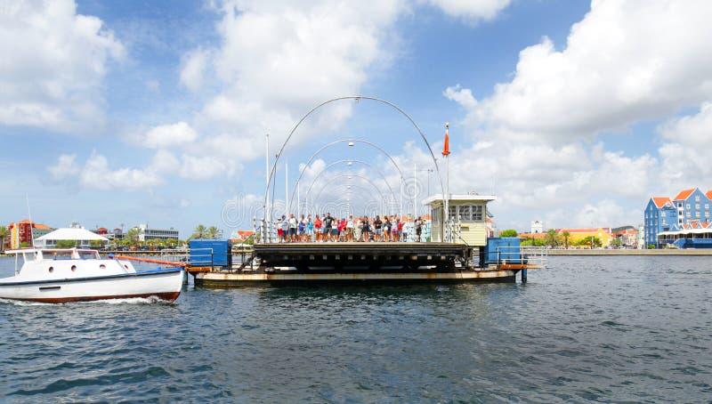 Willemstad Curaçao 16 de octubre de 2018 Turistas que se colocan en la reina Emma Pontoon Swing Bridge imagenes de archivo