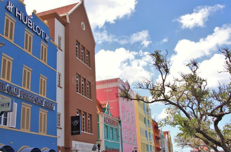 Willemstad, Curaçao - 12/17/17: Edificios coloridos en Willemstan céntrico, Curaçao foto de archivo libre de regalías